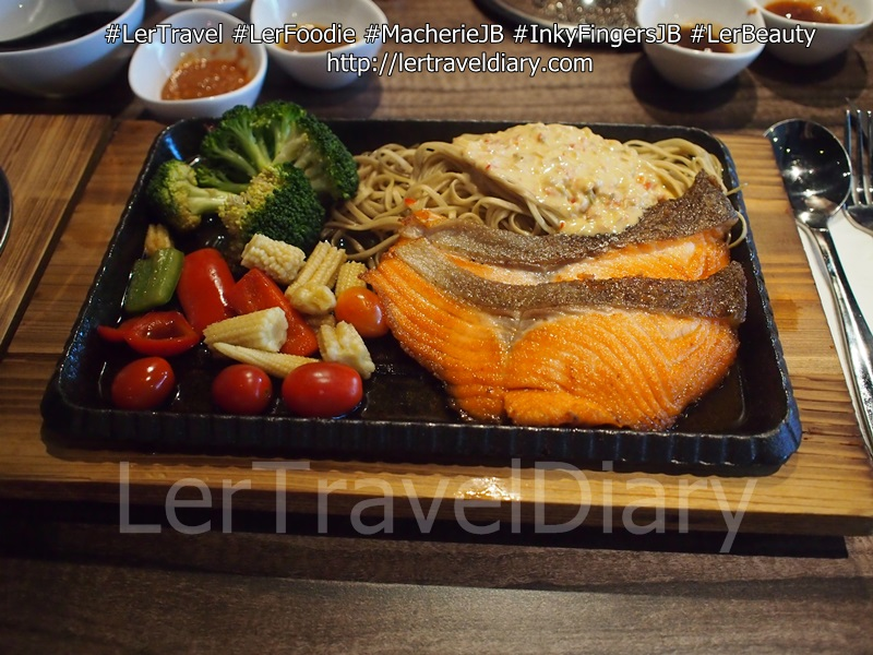 三文鱼铁板烧 Salmon Teppanyaki  with Golden Soba RM39.90