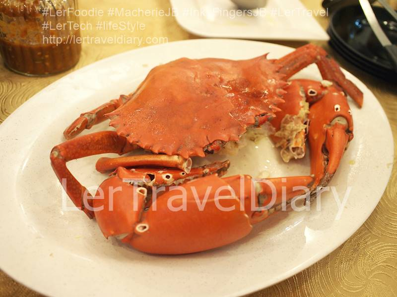 Super big crab for tonight dinner. The claw is bigger than my hand. The crab price is seasonal.