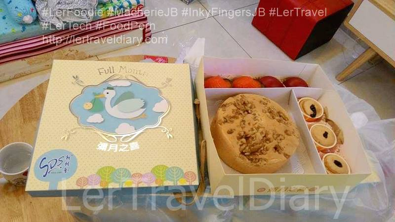 We selected the classic package. It consisted walnut butter cake, 2 red boiled eggs, 2 Ang Ku Kuih and 3 cup cakes. The simple box design and arrangement of cake  in it are very presentable.