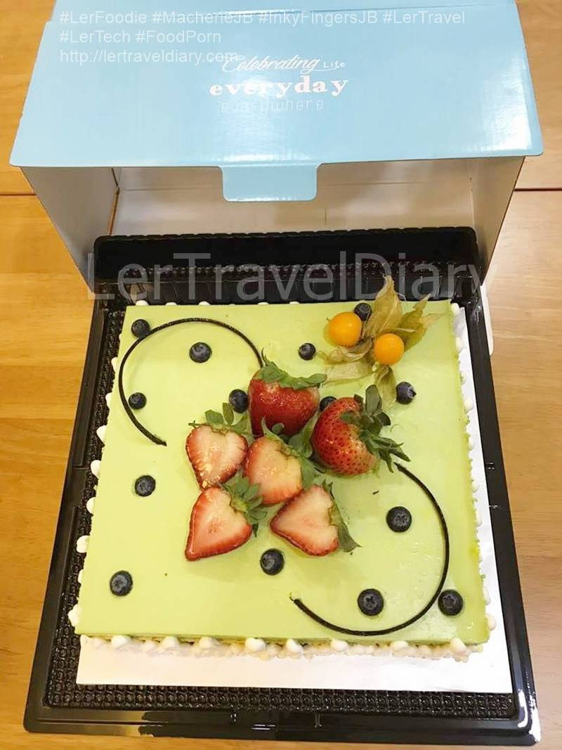 We choose Matcha Ke-Ki as our early mother day cake. Green tea or matcha is one of the top 10 healthiest food in the world. The cake is topped with fresh fruits. For instance, strawberries, blueberries. As it is not too sweet, the cake is widely received by elder family members.